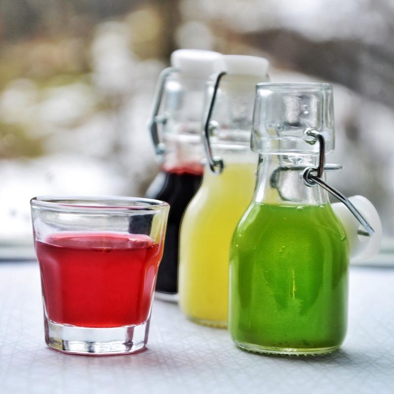 juice i ulike farger på små flasker