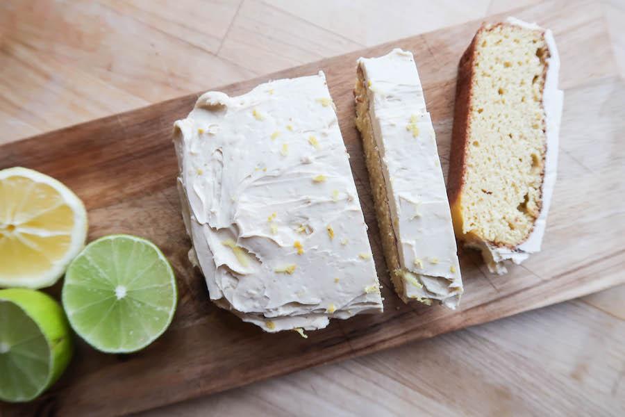 sitronkake med hvit glasur, tatt ovenifra, pynt ved kakden er halve lime og sitron