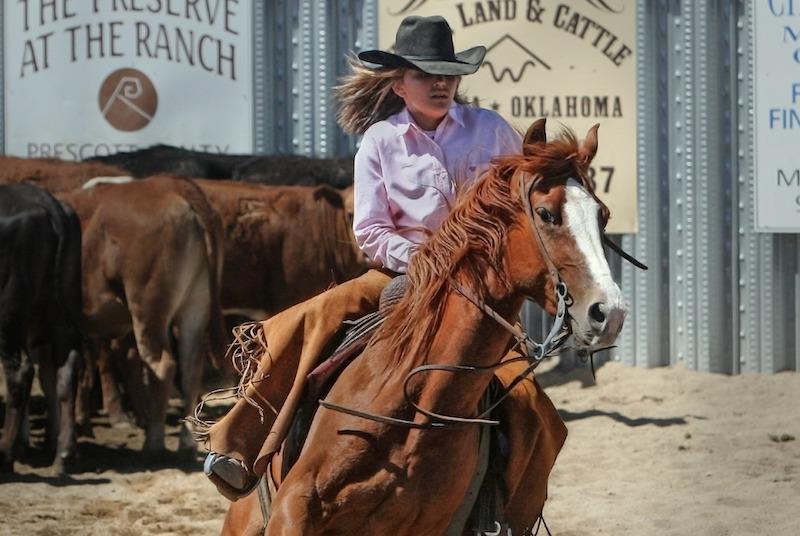 Cowboy jente i sprang på hest