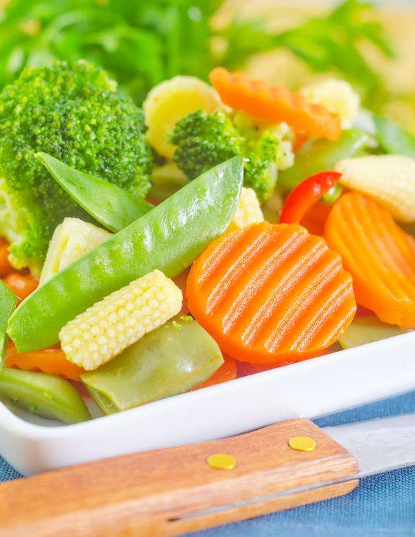 Kuttede grønnsaker til matpakken og lunsj.