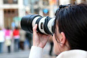 kvinne med fotoapparat