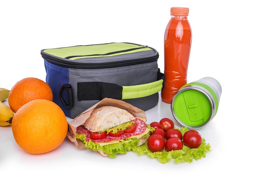 matboks, frukt og drikke som lunsj