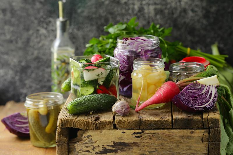 Fermenterte grønnsaker i ulike varianter. Fermentering er godt for tarmflora.