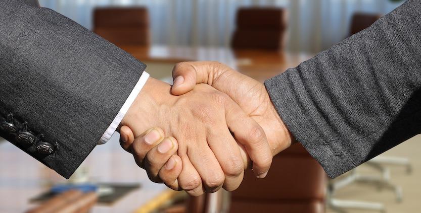 Håndtrykk mellom to hender