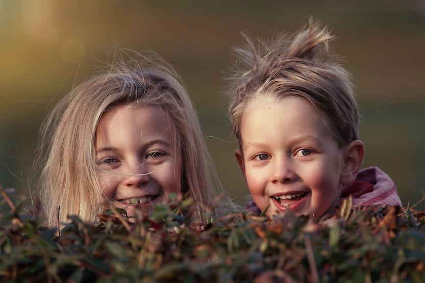 to barn i naturen som smiler mot kamera