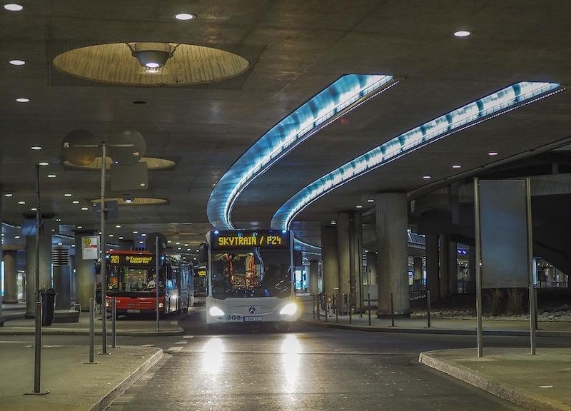 To busser på flyplass